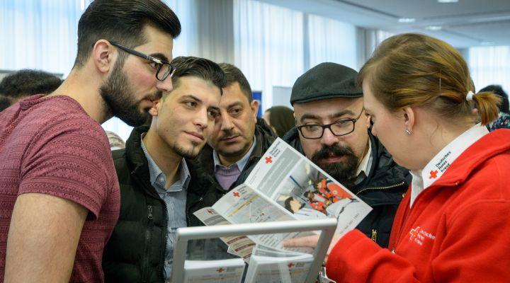 Gute Gespräche zwischen Flüchtlingen und Ausstellern.