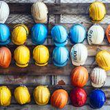 Helme von Industriearbeitern