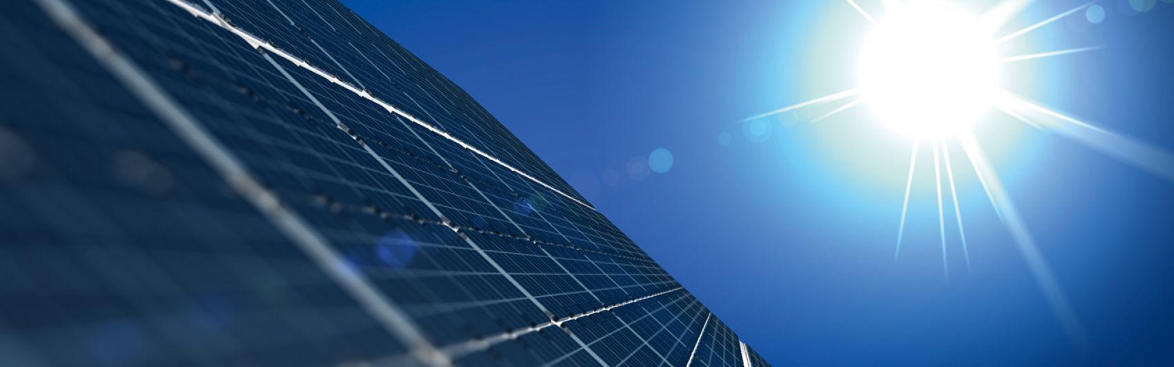 Solaranlage, Sonne, blauer Himmel