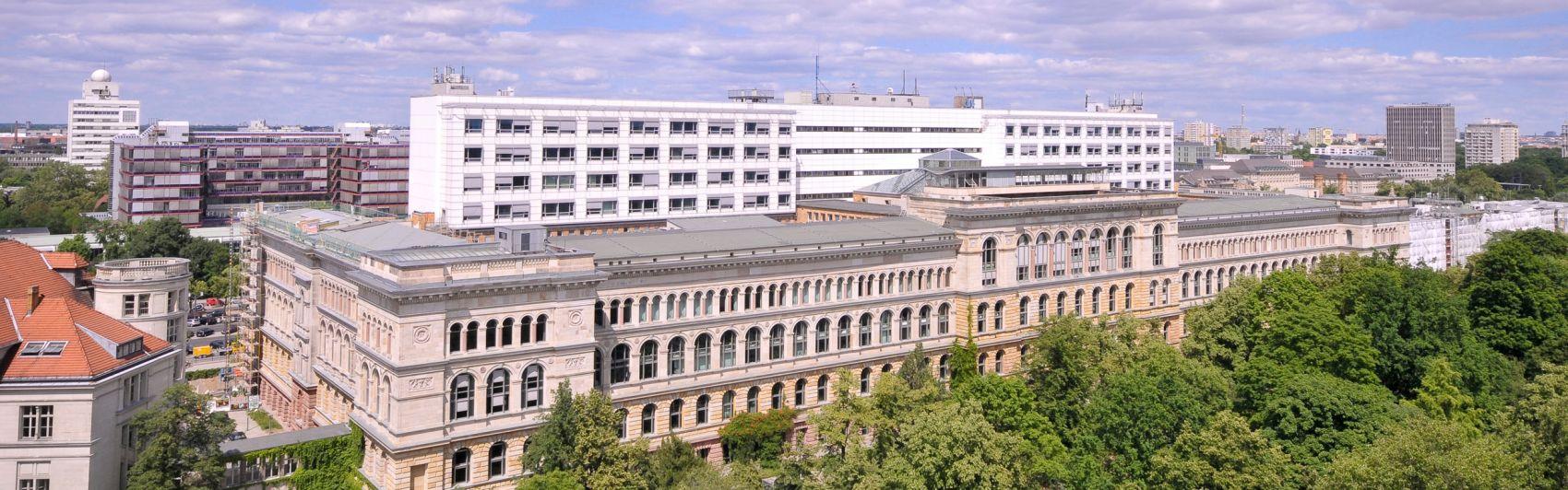 Blick vom Dach des Physik-Neubaus, Eugene-Paul-Wigner-Gebäude, auf das Hauptgebäude der Technischen Universität Berlin